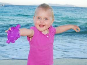 Kind spielt am Wasser ohne Sonnenschutz