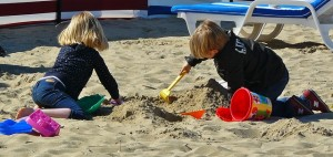 Kinder spielen in der prallen Sonne